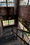 Escalera abandonada con el estilo industrial Windows - fábrica de cristal abandonada Fotografía de archivo libre de regalías