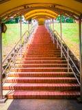Escalera abandonada en templos y colinas foto de archivo