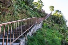 Escalera al área de la observación para ver la montaña de Kangchenjunga en Sikkim, la India imagen de archivo