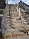 Escalera al aire libre concreta vieja con la verja de acero Fotos de archivo