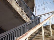 Escalera al aire libre concreta vieja con la verja de acero Foto de archivo libre de regalías