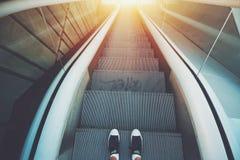 Escalera al aire libre de la escalera móvil de la ciudad abajo Fotografía de archivo