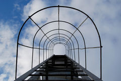Escalera al cielo Salida de incendios en el fondo de las nubes Imagen de archivo