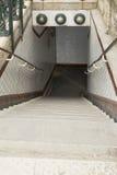 Escalera al subterráneo del metro, París, Francia Fotos de archivo libres de regalías