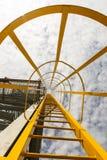 Escalera amarilla para proveer de gas la torre de la llamarada Imágenes de archivo libres de regalías