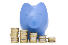 Escalera azul de las monedas de la hucha y del dinero Foto de archivo libre de regalías