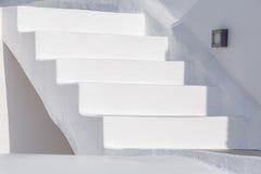Escalera blanca en Oia Imágenes de archivo libres de regalías