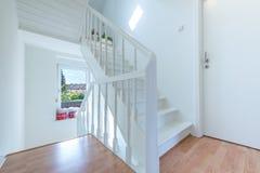 Escalera blanca y ligera fotografía de archivo libre de regalías