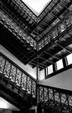 Escalera blanco y negro en un edificio viejo fotografía de archivo