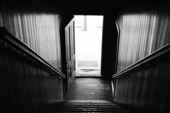 Escalera blanco y negro hacia abajo del vintage Imagen de archivo libre de regalías