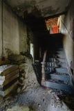 Escalera central - centro turístico de montaña abandonado de Catskills Imagen de archivo libre de regalías