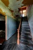 Escalera central - hotel abandonado y campo religioso Imagen de archivo libre de regalías