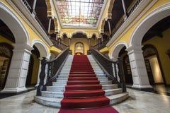 Escalera colonial en el palacio del arzobispo en Lima, Perú Imágenes de archivo libres de regalías