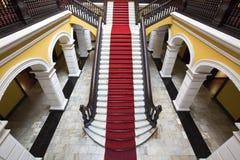 Escalera colonial en el palacio del arzobispo en Lima, Perú Fotos de archivo libres de regalías