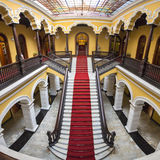 Escalera colonial en el palacio del arzobispo en Lima, Perú Foto de archivo