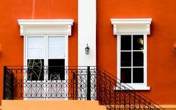 Escalera con el fondo de la puerta y de la ventana Foto de archivo libre de regalías
