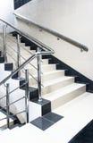 Escalera con el pasamano de la escalera fotos de archivo