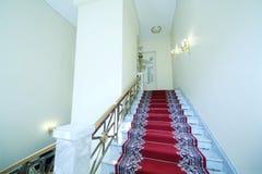Escalera con la alfombra roja en el palacio magnífico del Kremlin Foto de archivo