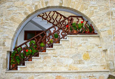 Escalera con la barandilla de madera Fotografía de archivo libre de regalías