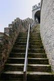 Escalera con la barandilla y el parapeto de la pared china antigua Imagenes de archivo