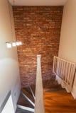 Escalera con la pared de ladrillo Fotos de archivo libres de regalías