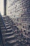 Escalera con la pared de ladrillo vieja dentro de la ruina vieja Fotografía de archivo libre de regalías
