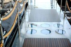 Escalera con las cuerdas en un barco de mar de la travesía imagen de archivo