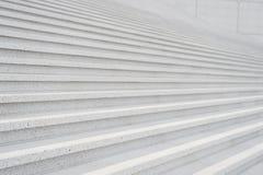 Escalera con las escaleras concretas en fondo gris en París, Francia Fotografía de archivo