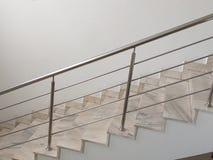 Escalera con las verjas de acero inoxidables fotografía de archivo libre de regalías