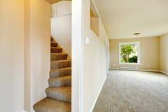 Escalera con pasos de la alfombra en casa vacía Imagenes de archivo