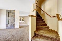 Escalera con pasos de la alfombra y verja de madera en casa vacía Imagen de archivo