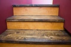 Escalera con pasos de progresión de madera Imagen de archivo