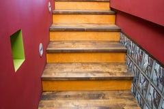 Escalera con pasos de progresión de madera Imagen de archivo libre de regalías
