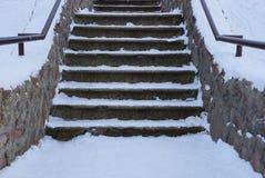 Escalera concreta gris vieja con los pasos de piedra debajo de la nieve blanca fotos de archivo