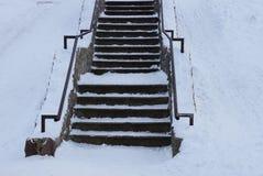 Escalera concreta gris vieja con los pasos de piedra debajo de la nieve blanca imágenes de archivo libres de regalías