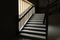 Escalera concreta moderna vacía y barandilla de acero negra con la luz natural, escalera en el edificio moderno foto de archivo libre de regalías