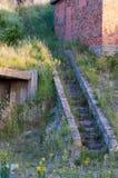 Escalera concreta a una arcón Foto de archivo