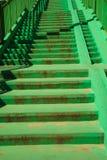Escalera concreta verde de las escaleras con la verja Imagenes de archivo