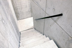 Escalera concreta y escaleras que llevan abajo Foto de archivo