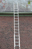 Escalera contra el tejado de pizarra Fotografía de archivo libre de regalías