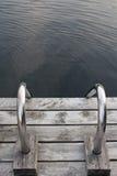 Escalera de acero en muelle de madera Foto de archivo libre de regalías