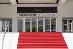 Escalera de la alfombra roja del auditorio magn?fico el 5 de julio 2015 en Cannes, Francia imágenes de archivo libres de regalías