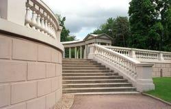 Escalera de la columnata Fotografía de archivo libre de regalías