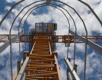 Escalera de la grúa con el cielo azul Foto de archivo libre de regalías