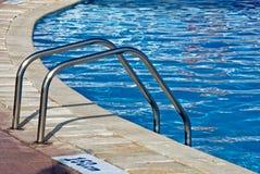Escalera de la piscina Fotos de archivo libres de regalías