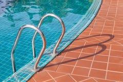 Escalera de la piscina Fotografía de archivo libre de regalías