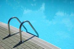 Escalera de la piscina Fotografía de archivo