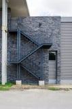 Escalera de la salida de incendios en la pared de ladrillo Foto de archivo