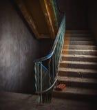 Escalera de la vendimia y suelo sucio Imagen de archivo