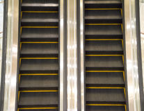 escalera de las escaleras móviles dentro del edificio de oficinas moderno foto de archivo